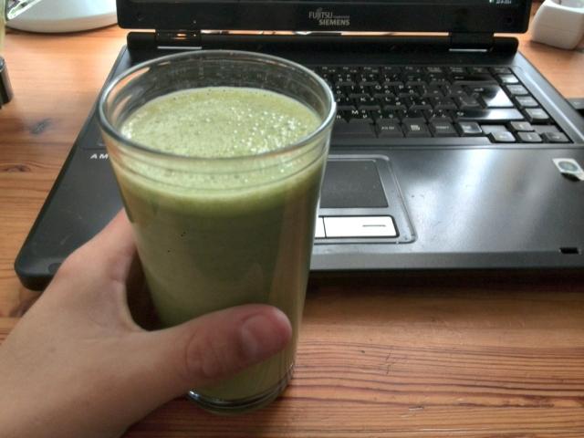 Gezonde groene smoothie, banaan, appel, alpro soya, spinazie