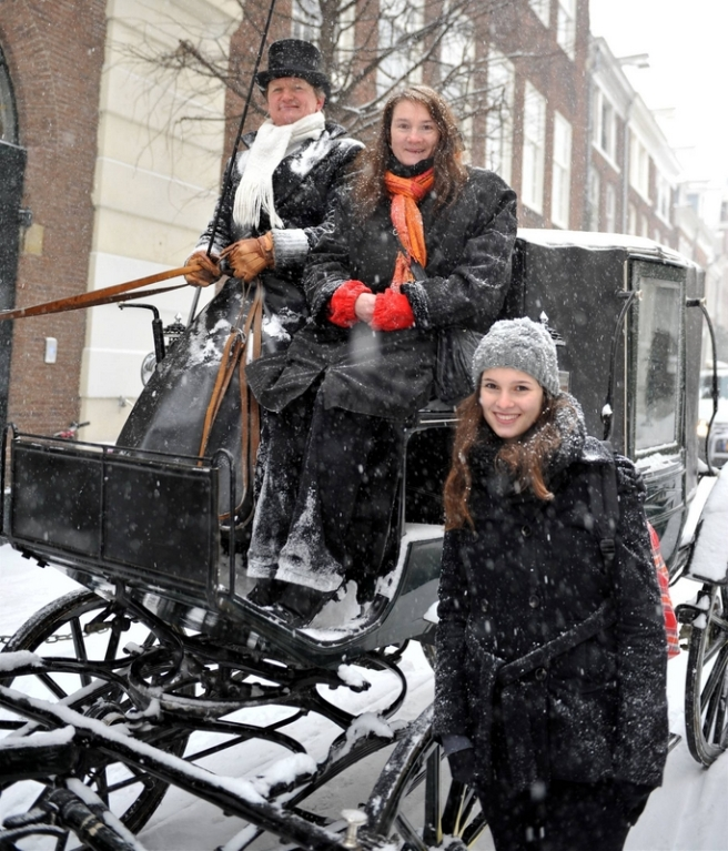 Koetstocht door sneeuw in Amsterdam,TELEGRAAF