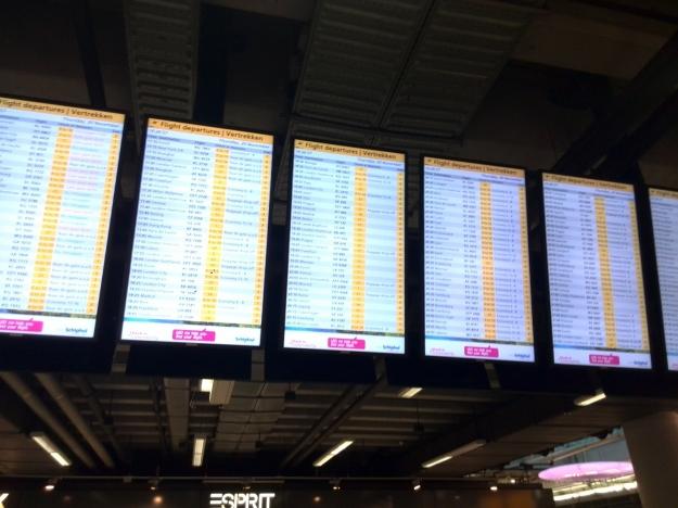 Vertrekborden vertrekhal Schiphol Amsterdam