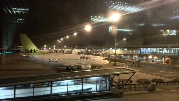 Amsterdam Schiphol boarden, vliegtuig Airbaltic
