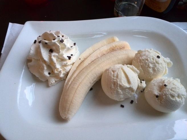 Nagerecht vanille-ijs, slagroom en banaan. Pannekoekenrestaurant 't Elfje Barneveld.